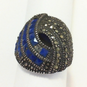Vintage ring with lapis pyramid stone missing.